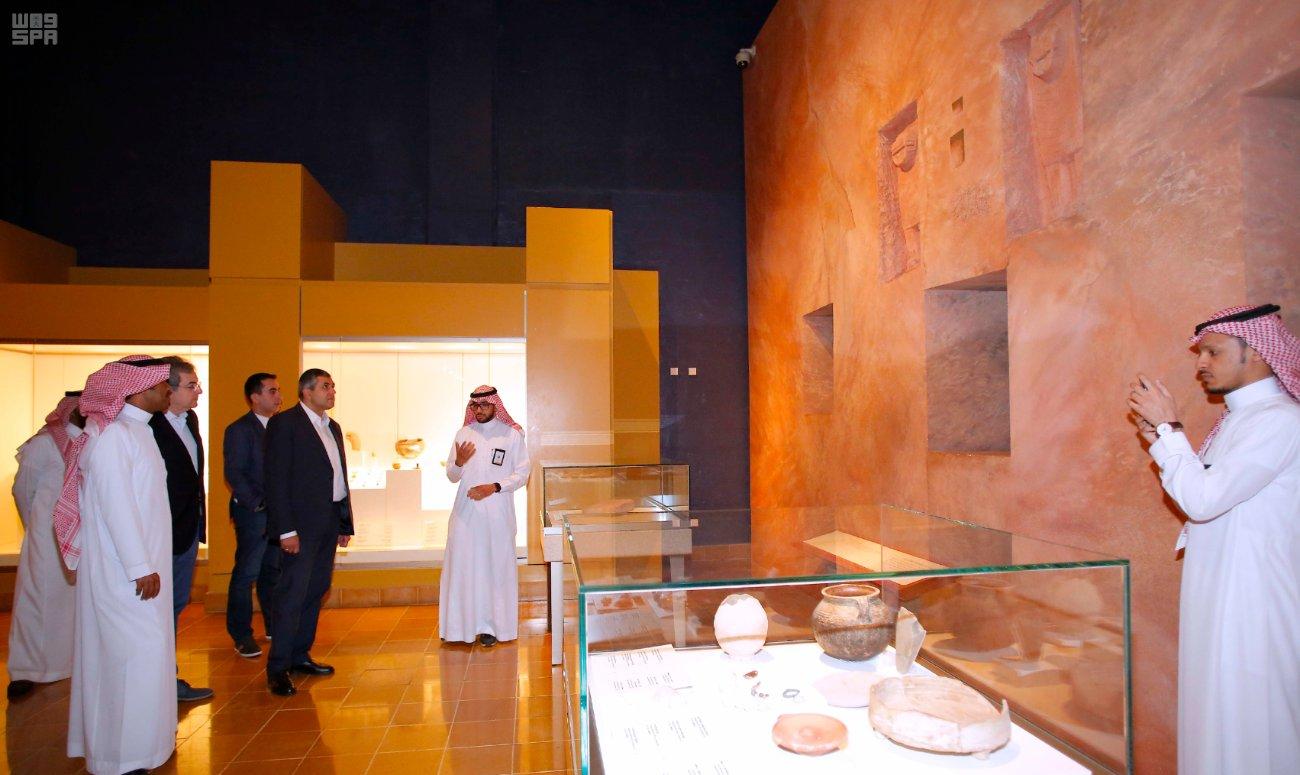 الأمين العام لمنظمة السياحة العالمية زوراب بولوكاشيفيلي متجولا في المتحف