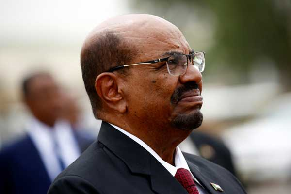 الرئيس السوداني عمر البشير في مطار الخرطوم الدولي أثناء استقباله نظيره المصري بتاريخ 25 أكتوبر 2018