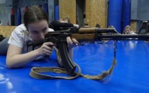 في أوكرانيا الممزقة بالحرب... النساء يتدربن على القتال
