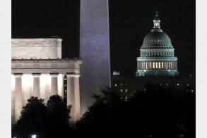 مبنى الكابيتول وإلى يساره نصب واشنطن (المسلّة) ونصب لنكولن التذكاريين في واشنطن