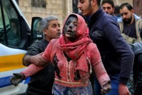 رجل سوري يساعد امرأة غطاتها الغبار الناجمة عن القصف الذي استهدف خان شيخون في إدلب بتاريخ 15 شباط/فبراير 2019