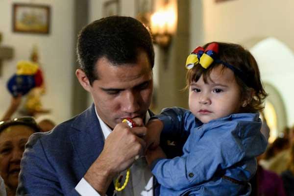 الزعيم الفنزويلي المعارض خوان غوايدو يشارك في قداس الأحد 10 فبراير في كراكاس ومعه ابنته البالغة 20 شهرًا