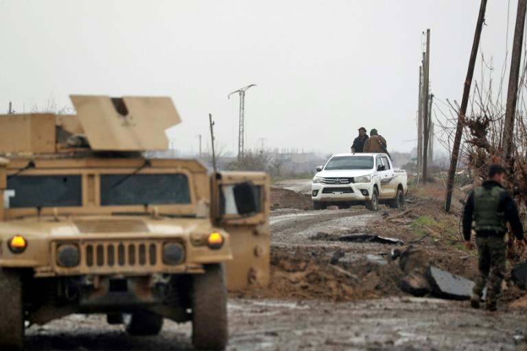مقاتلون من قوات سوريا الديموقراطية الذين يقاتلون الجهاديين في احدى قرى محافظة دير الزور السورية في 27 كانون الثاني/يناير 2019