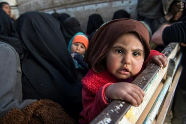 نساء وأطفال يغادرون آخر معاقل تنظيم داعش قرب بلدة الباغوز شرق سوريا في فبراير 2019