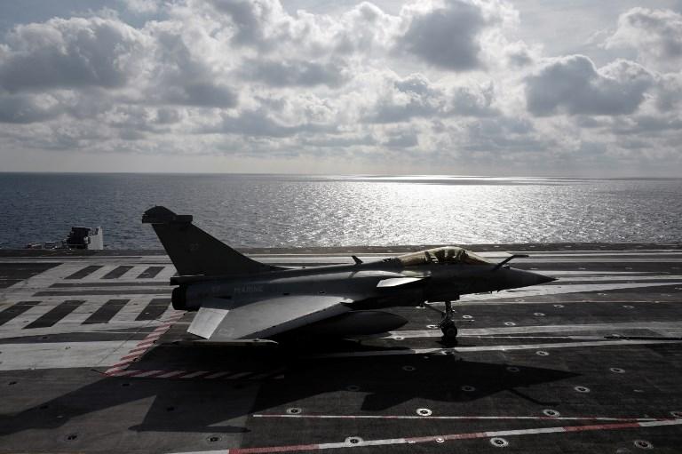 طائرة رافال تابعة لسلاح الجو الفرنسي رابظة على متن حاملة الطائرات