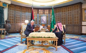 العاهل السعودي مجتمعا مع الرئيس محمود عباس- واس