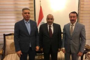 عبدالمهدي في الوسط وإلى يمينه أرشد الصالحي