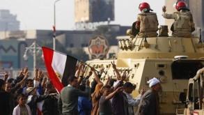 مصريون يرحبون بانحياز الجيش لثورة 25 يناير - أرشيفية