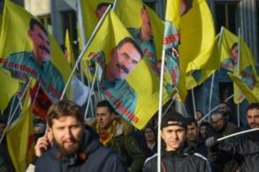 متظاهرون يرفعون أعلاما تحمل صورة الزعيم الكردي عبدالله أوجلان