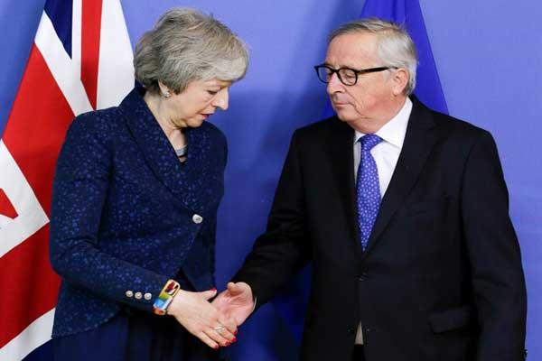 رئيسة الوزراء البريطانية تيريزا ماي مع رئيس المفوضية الأوروبية جان-كلود يونكر قبل اجتماع بشأن بريكست في 7 فبراير 2019 في بروكسل