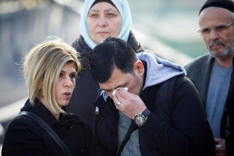 عبد الله كردي (وسط) والد الطفل آلان، المشهور أكثر باسم إيلان، يشارك في حفل إعادة تسمية سفينة إنقاذ ألمانية تنشط في البحر المتوسط على اسم ابنه، في 10 شباط/فبراير 2019 في بالما دي مايوركا في إسبانيا.