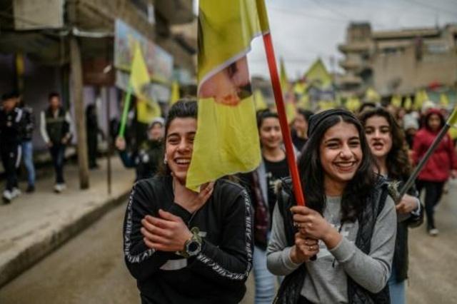 شبات مشاركات في تظاهرة تضامن مع الزعيم الكردي عبدالله أوجلان في 15 شباط/فبراير 2019 في القامشلي في شمال شرق سوريا