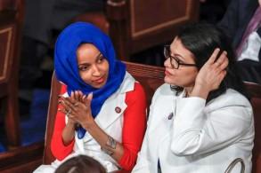 النائبة المسلمة في الكونغرس الأميركي إلهان عمر مع زميلتها النائبة رشيدة طليب في مبنى الكابيتول يوم 5 فبراير