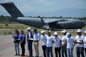 طائرة عسكرية اميركية تفرغ مساعدات موجهة الى فنزويلا في مطار كولومبي قريب من الحدود بين البلدين في السادس من شباط/فبراير 2019