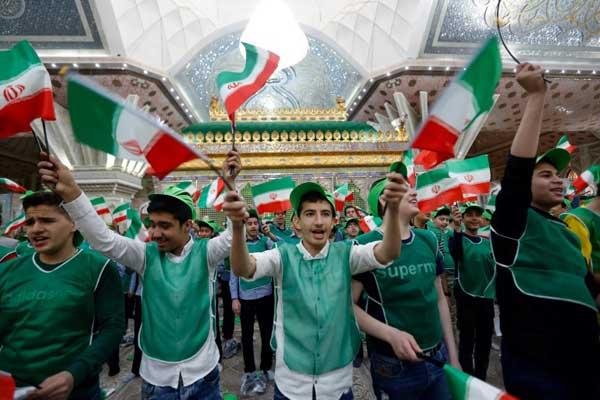 تلاميذ إيرانيون يحملون الأعلام الوطنية قرب ضريح الإمام الخميني