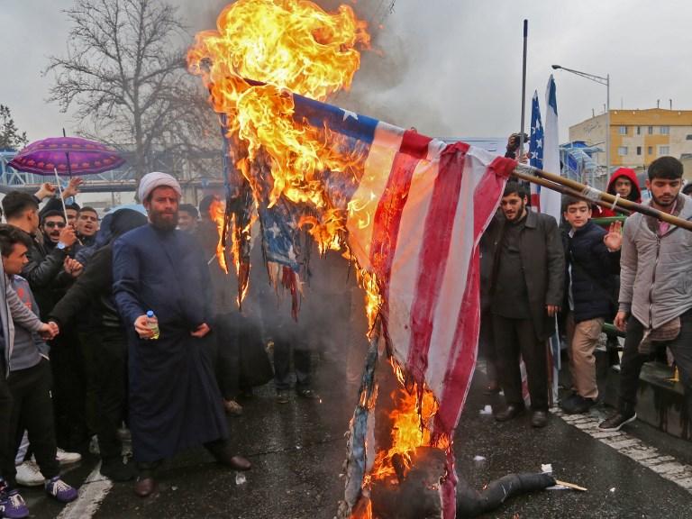 إيرانيون يحرقون العلم الأميركي في طهران احتفالا بذكرى الثورة الإسلامية