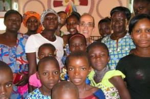 صورة نشرتها الرهبنة الساليزيانية للكاهن الإسباني أنتونيو سيزار فرنانديز محاطاً بنساء أفريقيات في كورهوغو في شمال ساحل العاج في 2015.