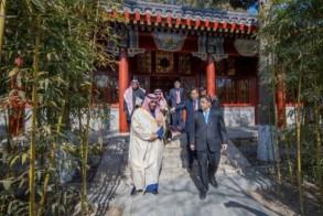 الأمير بدر بن عبد الله بن فرحان خلال زيارته مكتبة الملك عبد العزيز في جامعة بكين
