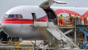 تفريغ المساعدات المخصصة لفنزويلا من الطائرة في مطار جزيرة كوراساو اف ب