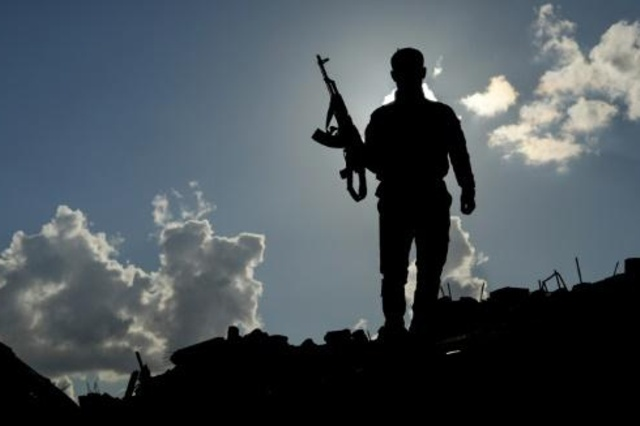 مقاتل من قوات سوريا الديموقراطية على خط الجبهة في بلدة الباغوز في شرق سوريا في 19 فبراير 2019