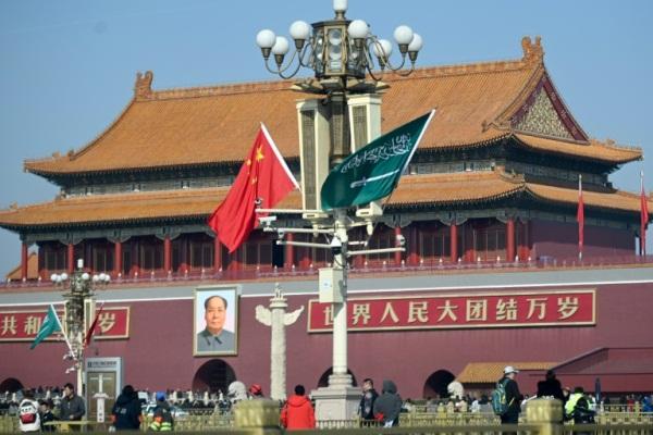 أعلام السعودية والصين في ساحة تيان انمين في بكين قبيل زيارة ولي العهد السعودي