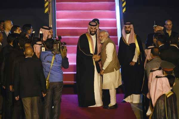 ولي العهد السعودي محمد بن سلمان يصافح رئيس الوزراء الهندي نارندرا مودي لدى وصوله إلى المطار في نيودلهي في 19 فبراير 2019