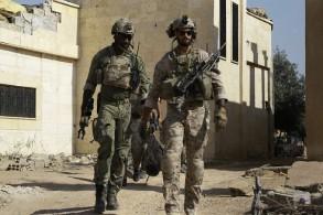 جنود اميركيون في ريف الرقة إلى جانب قوات