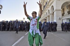 سيدة جزائرية شاركت في تظاهرات يوم الجمعة ضدّ العهدة الخامسة