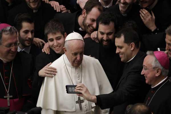 البابا فرنسيس مع الكهنة في نهاية اجتماعه الأسبوعي العام في الفاتيكان يوم الأربعاء