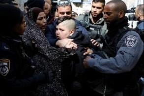 شرطيون اسرائيليون يعتقلون احد اطفال اسرة ابو عصب لدى احتجاجه على طرده من منزله في القدس الشرقية المحتلة في 17 شباط/فبراير 2019.