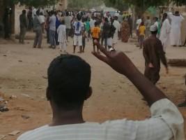 متظاهر سوداني يرفع علامة النصر خلال تظاهرة مناهضة للحكومة في الخرطوم بتاريخ 15 فبراير 2019