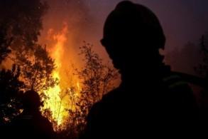 رجال إطفاء يكافحون الحريق بالقرب من مونشيكي في منطقة الغارف السياحية في 8 اغسطس 2018