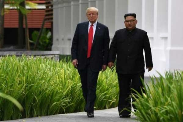الرئيس الأميركي دونالد ترمب والزعيم الكوري الشمالي كيم جونغ أون خلال قمتهما الأولى في سنغافورة في 11 يونيو 2018