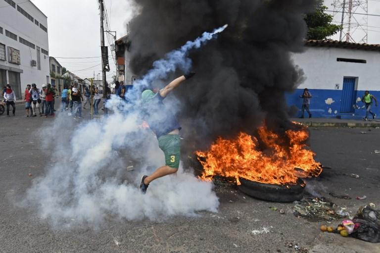 حانب من الاشتباكات بين قوات الأمن وانصار غوايدو