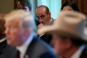 مستشار البيت الأبيض ستيفن ميلر يظهر وراء الرئيس الأميركي دونالد ترمب في اجتماع في كانون الثاني/يناير 2019.