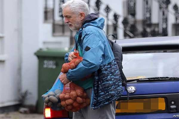 زعيم حزب العمال عائدًا من التسوق