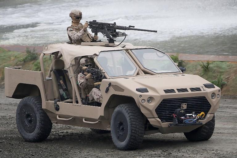 جنود اماراتيون يستعرضون مهاراتهم في معرض