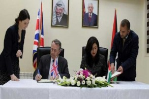 الوزيران ليام فوكس وعبير عودة يوقعان الاتفاق