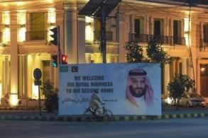 لوحة كتبت عليها عبارات ترحيب بولي العهد السعودي الأمير محمد بن سلمان في لاهور