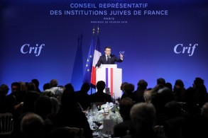 ماكرون متحدثا أمام ممثلين للمؤسسات اليهودية في باريس
