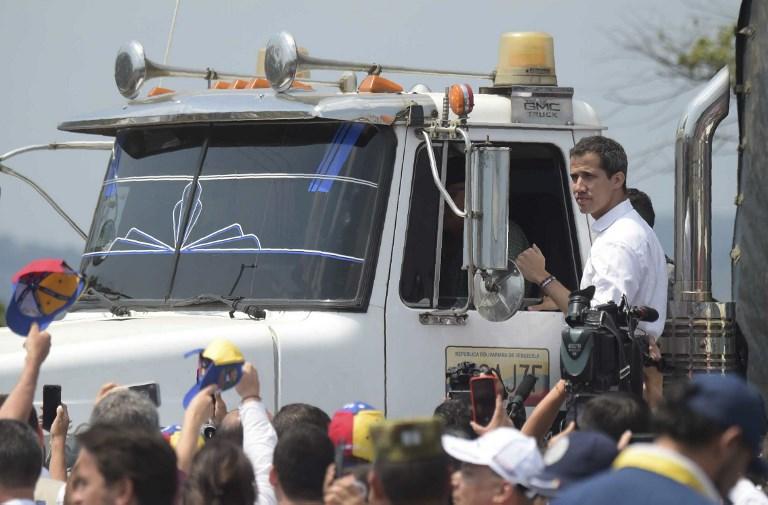 غوايدو أمام شاحنة ضمن قافلة مساعدات على الجانب الكولومبي من الحدود مع فنزويلا يوم السبت