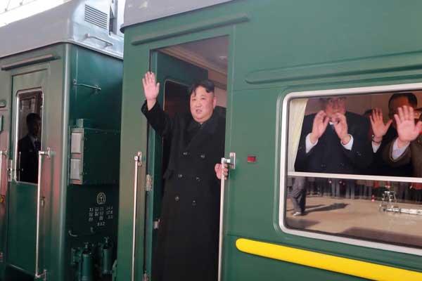 كيم قبيل مغادرته كوريا الشمالية ملوّحاً لمودعيه من قطاره المصفح