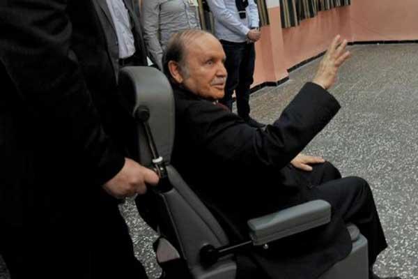 الرئيس بوتفليقة يتنقل بوساطة كرسي متحرك بعد تدهور صحته في الآونة الأخيرة
