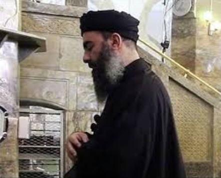البغدادي يؤم المصلين في جامع بالموصل عام 2014