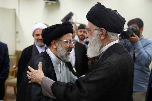 رجل الدين المحافظ إبراهيم رئيسي معانقا خامنئي