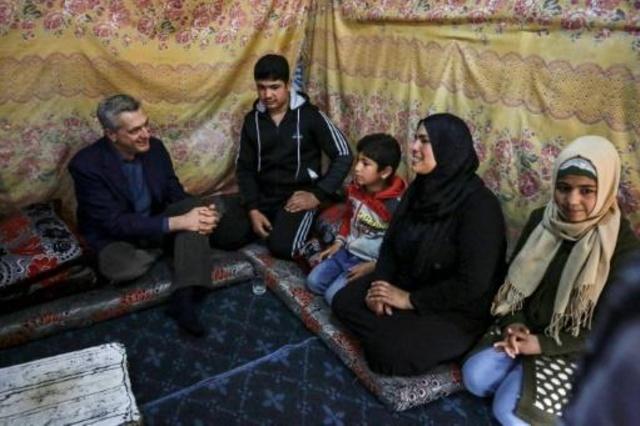 فيليبو فراندي المفوض السامي للاجئين لدى لقائه اسرة سورية في مخيم اللاجئين بقريى المحمرة منطقة عكار في شمال لبنان في 9 آذار/مارس 2019.