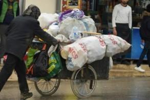 أحد منقبي النفايات في العاصمة تونس في 6 كانون الثاني/يناير 2019.