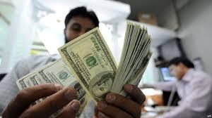 عامل آسيوي في مكتب تحويل اموال في الإمارات