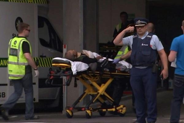 صورة من التلفزيون النيوزيلندي تظهر مصاباً لدى نقله إلى المستشفى بعد الهجوم على مسجد في 15 آذار/مارس 2019 في كرايست تشيرش