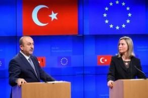 وزيرة خارجية الاتحاد الاوروبي فيديريكا موغيريني ووزير الخارجية التركي مولود تشاوش اوغلو في مؤتمر صحافي مشترك في بروكسل في 15 اذار/مارس 2019